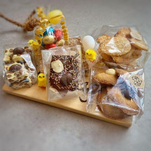 Paasplank met lekkers uit de bakkerij